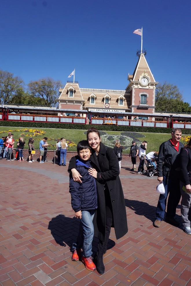 Con trai Jennifer Phạm quấn quýt bên cha dượng Đức Hải trong chuyến du lịch gia đình - Ảnh 6.