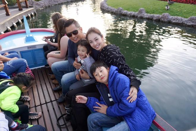 Con trai Jennifer Phạm quấn quýt bên cha dượng Đức Hải trong chuyến du lịch gia đình - Ảnh 1.