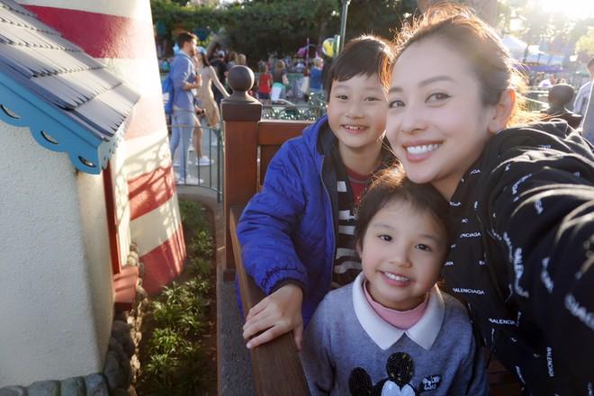 Con trai Jennifer Phạm quấn quýt bên cha dượng Đức Hải trong chuyến du lịch gia đình - Ảnh 10.