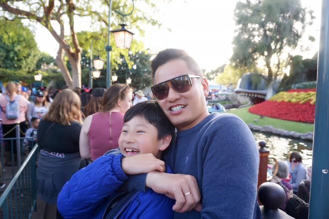 Con trai Jennifer Phạm quấn quýt bên cha dượng Đức Hải trong chuyến du lịch gia đình - Ảnh 2.