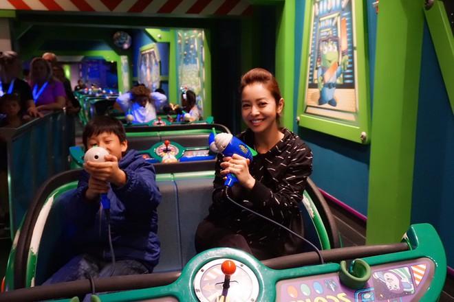 Con trai Jennifer Phạm quấn quýt bên cha dượng Đức Hải trong chuyến du lịch gia đình - Ảnh 5.