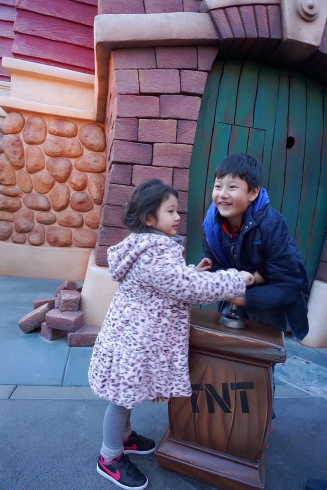 Con trai Jennifer Phạm quấn quýt bên cha dượng Đức Hải trong chuyến du lịch gia đình - Ảnh 8.