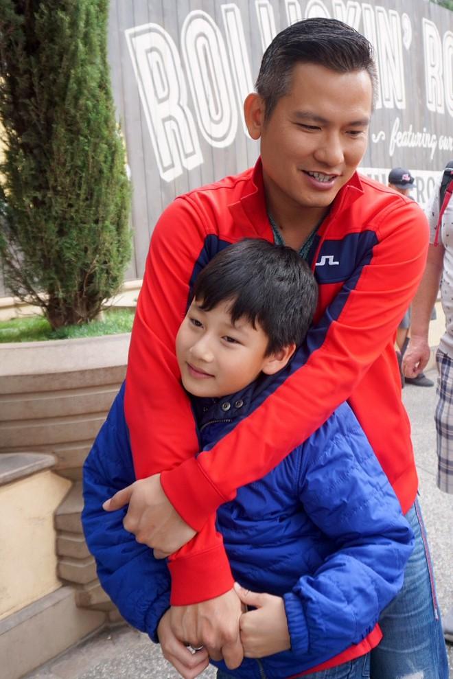 Con trai Jennifer Phạm quấn quýt bên cha dượng Đức Hải trong chuyến du lịch gia đình - Ảnh 3.