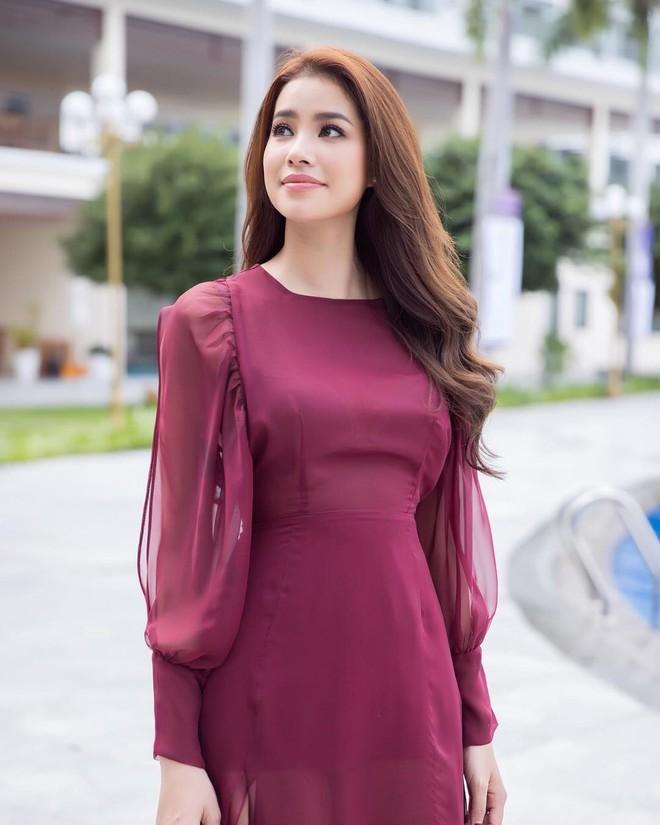 Chán những tông màu thanh lịch nhã nhặn, Phạm Hương bây giờ lại thích diện đồ màu hồng sặc sỡ - Ảnh 5.