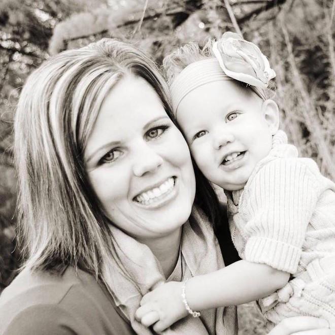 Con gái kêu đau họng nên mẹ đưa đến gặp bác sĩ và cho uống thuốc cảm cúm thông thường, 6 tháng sau cô bé qua đời - Ảnh 1.