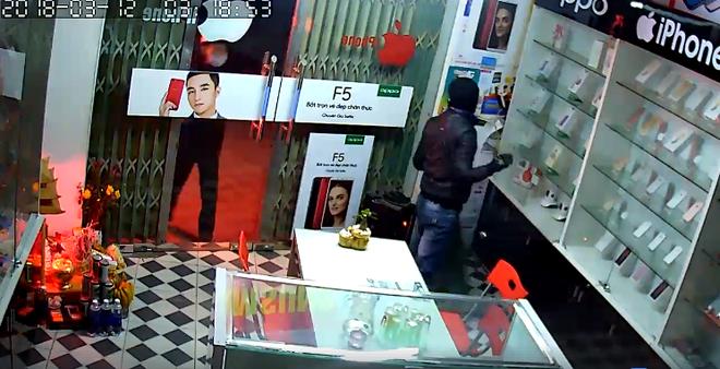 Clip: Đạo chích vác cả bao tải đột nhập cửa hàng điện thoại trộm trong đêm - Ảnh 2.