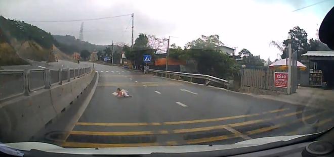 Clip: Mẹ bất cẩn để con bò ra giữa đường lớn đúng lúc xe tải chạy qua khiến người xem thót tim - ảnh 1