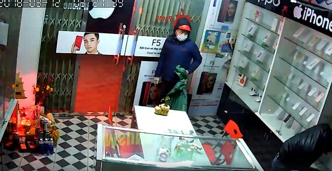 Clip: Đạo chích vác cả bao tải đột nhập cửa hàng điện thoại trộm trong đêm - Ảnh 3.