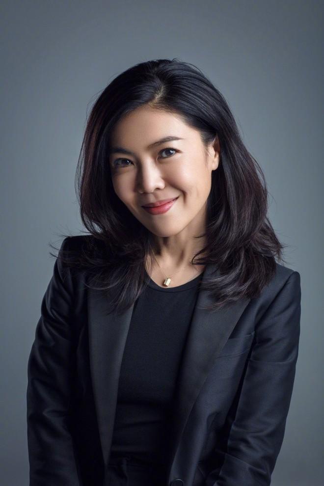 Ngắm phong cách của Tô Mang - người đàn bà U50 quyền lực trong giới thời trang Cbiz - Ảnh 2.