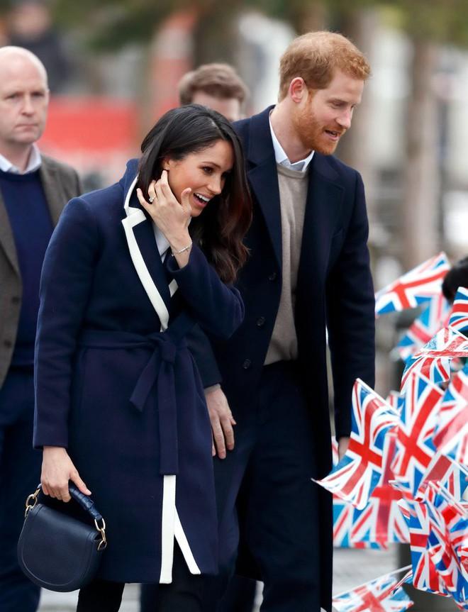 Mặc đẹp là thế nhưng hôn thê của Hoàng tử Harry lại quên một chi tiết rất nhỏ khiến tổng thể thiếu hoàn hảo - Ảnh 1.