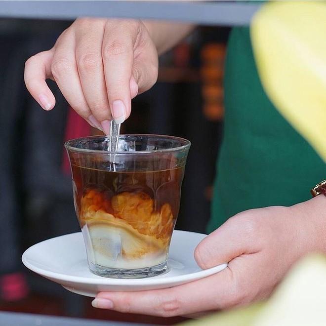 Vòng quanh thế giới đi tìm những món cafe độc đáo nhất: Cafe pha với than hồng, pho mát - ảnh 13