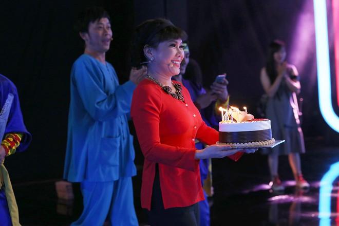 Á hậu Hoàng Thùy bất ngờ mừng sinh nhật cùng Hoài Linh - Việt Hương - Ảnh 3.