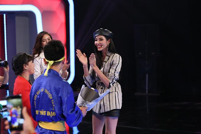 Á hậu Hoàng Thùy bất ngờ mừng sinh nhật cùng Hoài Linh - Việt Hương - Ảnh 4.