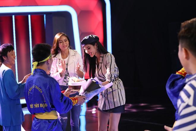 Á hậu Hoàng Thùy bất ngờ mừng sinh nhật cùng Hoài Linh - Việt Hương - Ảnh 5.