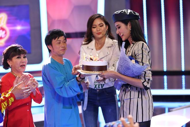 Á hậu Hoàng Thùy bất ngờ mừng sinh nhật cùng Hoài Linh - Việt Hương - Ảnh 6.