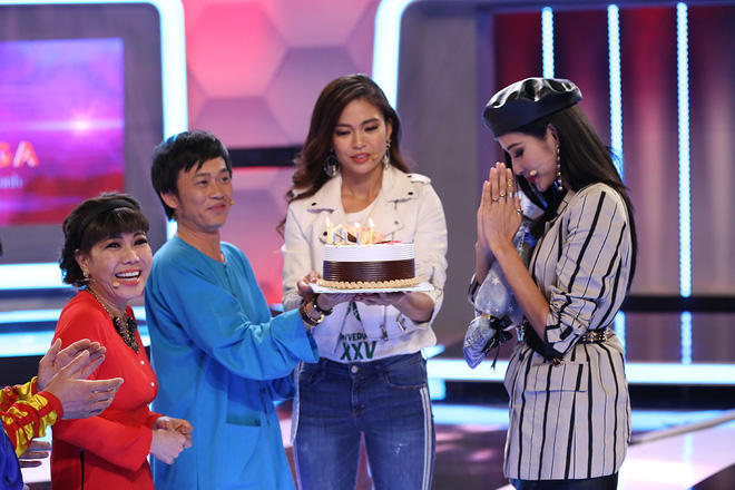 Á hậu Hoàng Thùy bất ngờ mừng sinh nhật cùng Hoài Linh - Việt Hương - Ảnh 7.