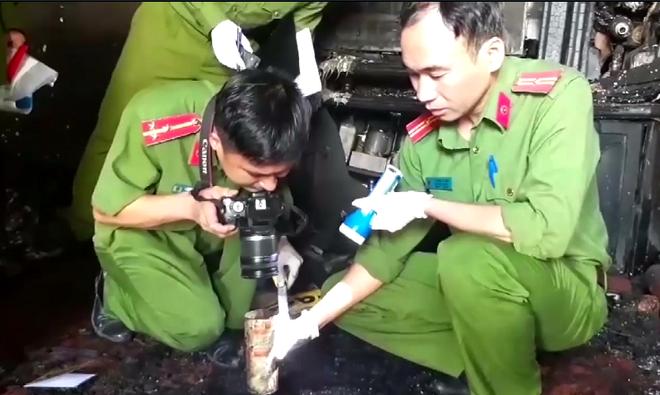 Vụ cháy biệt thự khiến 5 người chết ở Đà Lạt: Trích camera, phát hiện người hàng xóm cầm bình gas mini và can nhựa đi vào nhà - Ảnh 1.