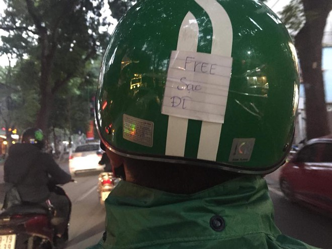 Chàng tài xế công nghệ khiến dân mạng phát sốt vì dòng chữ siêu đáng yêu phía sau mũ bảo hiểm - ảnh 3