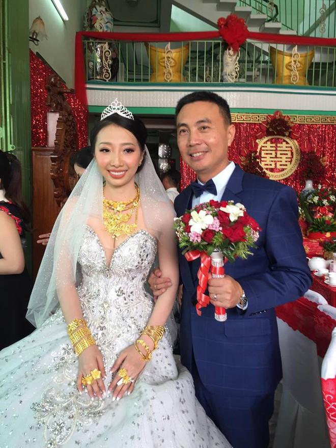 Xuất hiện đám cưới 100 cây vàng đình đám đến mức cô dâu trĩu cổ, chật kín hai tay vì vàng ở Cà Mau khiến MXH xôn xao - Ảnh 8.