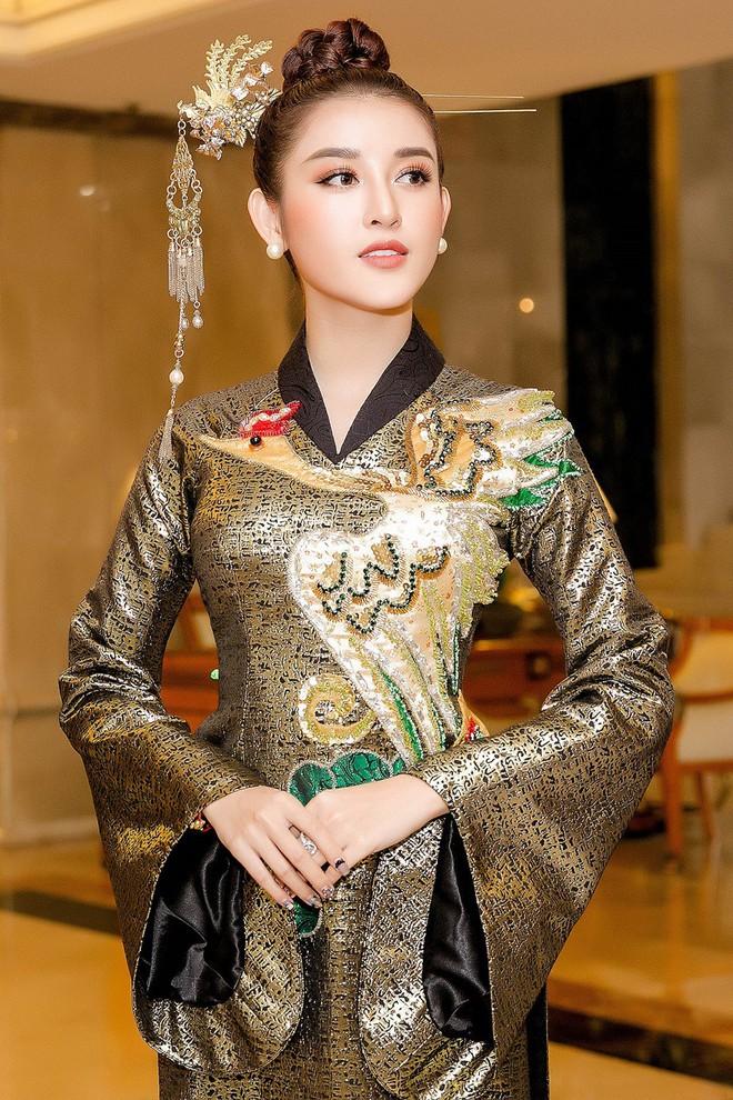 Huyền My lộng lẫy như nữ hoàng, Kỳ Duyên lạ lẫm với áo dài họa tiết và Mỹ Linh đẹp tinh khôi trong ngày khởi động HHVN 2018 - ảnh 7