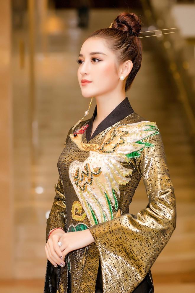 Huyền My lộng lẫy như nữ hoàng, Kỳ Duyên lạ lẫm với áo dài họa tiết và Mỹ Linh đẹp tinh khôi trong ngày khởi động HHVN 2018 - ảnh 6