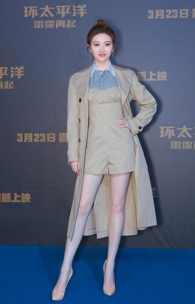 Dắt tay nhau diện áo khoác xịn sò, Song Hye Kyo và Cảnh Điềm đều trở nên nhạt nhoà khó tin - Ảnh 1.