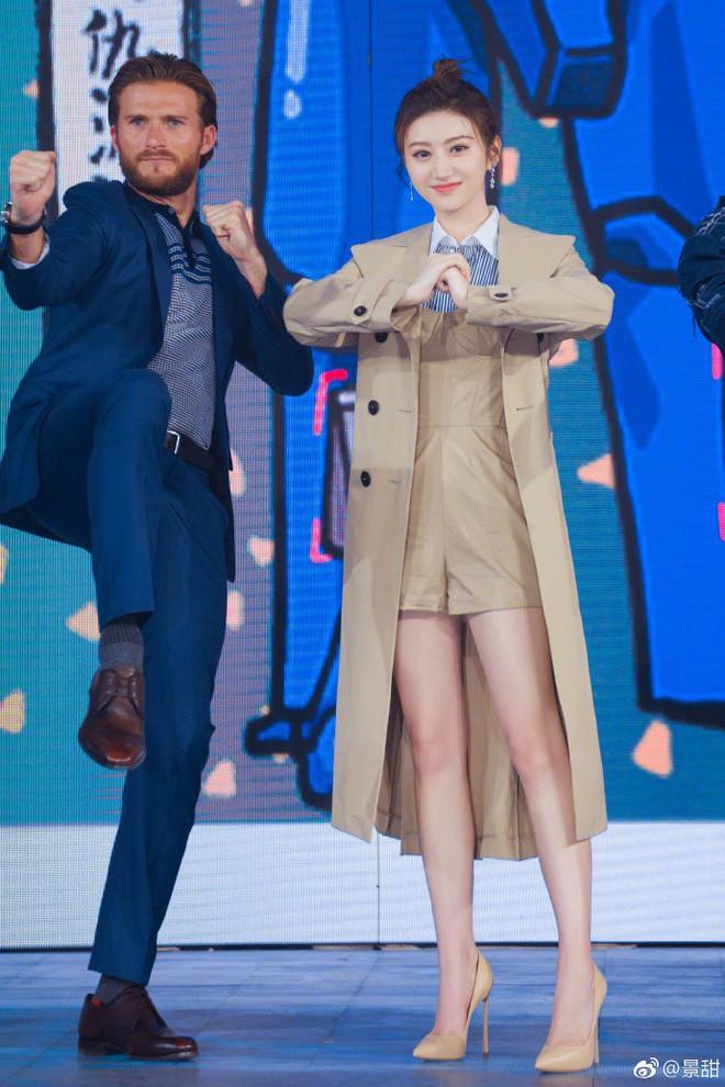 Dắt tay nhau diện áo khoác xịn sò, Song Hye Kyo và Cảnh Điềm đều trở nên nhạt nhoà khó tin - Ảnh 2.