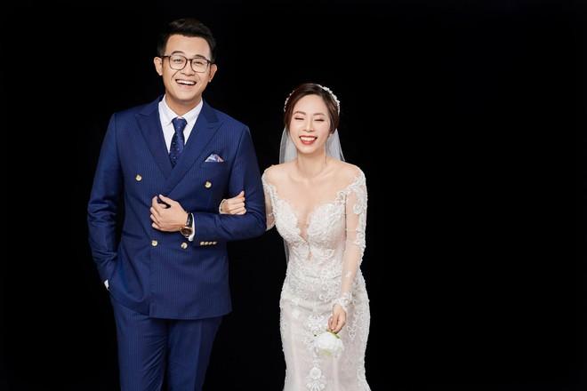 MC Chúng tôi là chiến sĩ khoe ảnh cưới bên vợ xinh đẹp, hài hước chia sẻ về lần đầu chạm mặt - Ảnh 1.