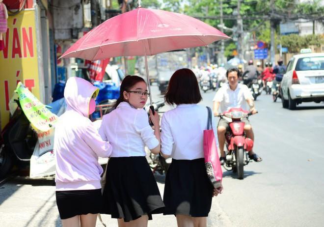 Những ngày Sài Gòn nắng nóng cao điểm, cần nhớ ngay một số lưu ý để phòng tránh say nắng - Ảnh 1.