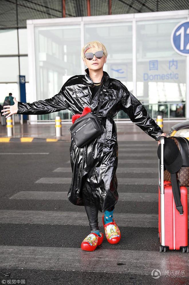 Tiếp tục câu fame bằng phong cách khó hiểu, Nhĩ Thái Trần Chí Bằng bị ví như mặc túi rác lên người - Ảnh 2.