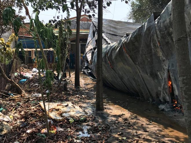 Cháy nổ ở xưởng phế phế liệu trong khu dân cư, học sinh tiểu học phải sơ tán - Ảnh 3.