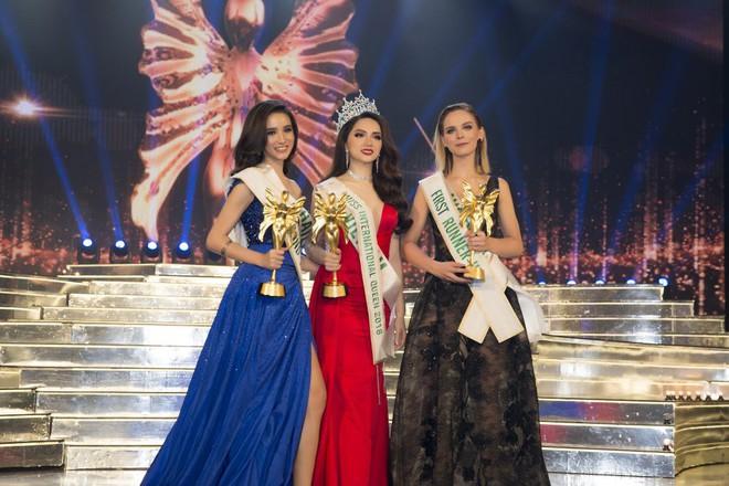 Sau đăng quang, Á hậu 1 cuộc thi Hoa hậu Chuyển giới Quốc tế 2018 cứ diện đi diện lại một chiếc váy tới 3 lần - Ảnh 2.