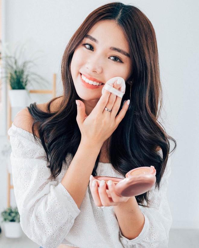 Hóa ra để có da mặt căng bóng mà vẫn ráo mịn, thì các quý cô xứ Hàn còn dùng thêm loại phấn này - Ảnh 2.