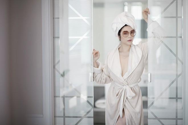 Không váy áo đắt tiền, Lý Nhã Kỳ đẹp mong manh với áo choàng tắm - Ảnh 6.
