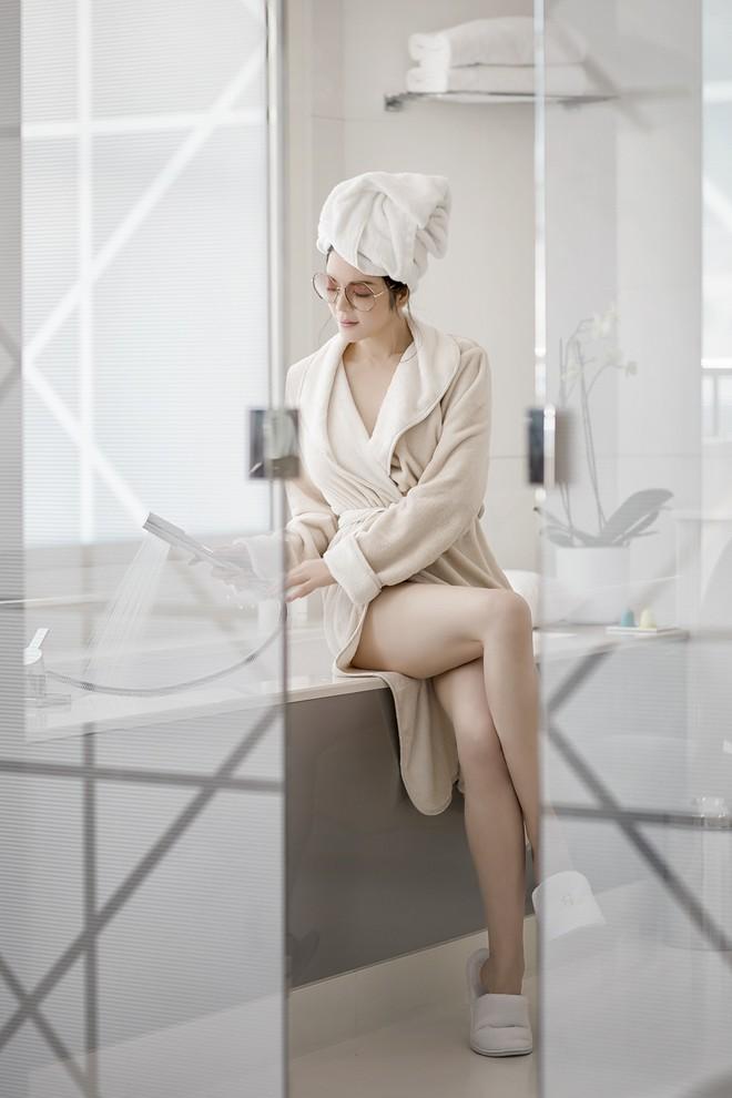Không váy áo đắt tiền, Lý Nhã Kỳ đẹp mong manh với áo choàng tắm - Ảnh 5.