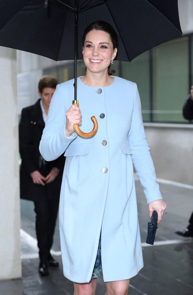 Để ý sẽ thấy, phong cách bầu bí lần 3 của Công nương Kate chỉ gói gọn bằng màu xanh cobalt - Ảnh 10.