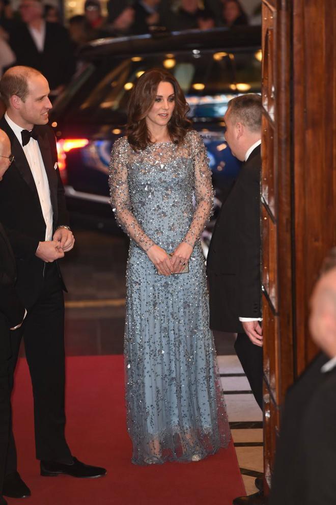 Để ý sẽ thấy, phong cách bầu bí lần 3 của Công nương Kate chỉ gói gọn bằng màu xanh cobalt - Ảnh 14.