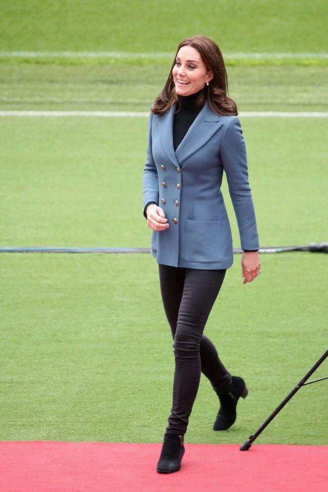 Để ý sẽ thấy, phong cách bầu bí lần 3 của Công nương Kate chỉ gói gọn bằng màu xanh cobalt - Ảnh 15.