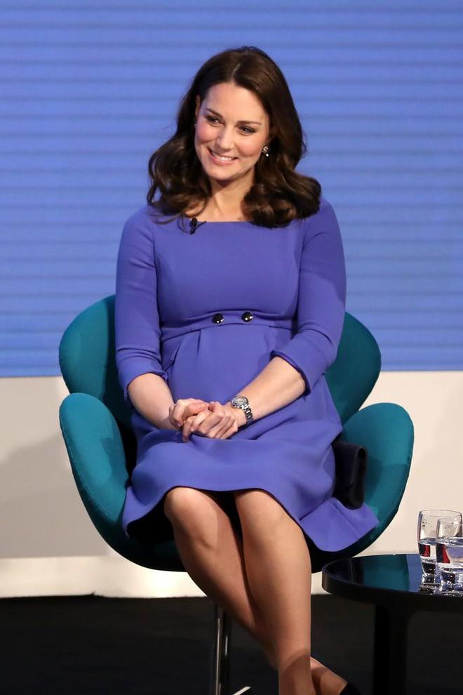 Để ý sẽ thấy, phong cách bầu bí lần 3 của Công nương Kate chỉ gói gọn bằng màu xanh cobalt - Ảnh 3.