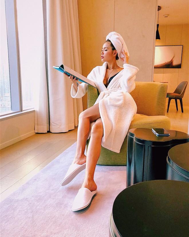 Sau kiểu tóc ướt như vừa gội đầu, sao Việt giờ còn chuộng cả phong cách quấn khăn và choàng áo tắm phô diễn vóc dáng - Ảnh 14.