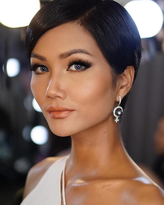Tóc mái chéo nữ tính là thế, nhưng Hoa hậu HHen Niê lại vuốt gel nặng nề khiến nhan sắc giảm đi nhiều phần  - Ảnh 3.
