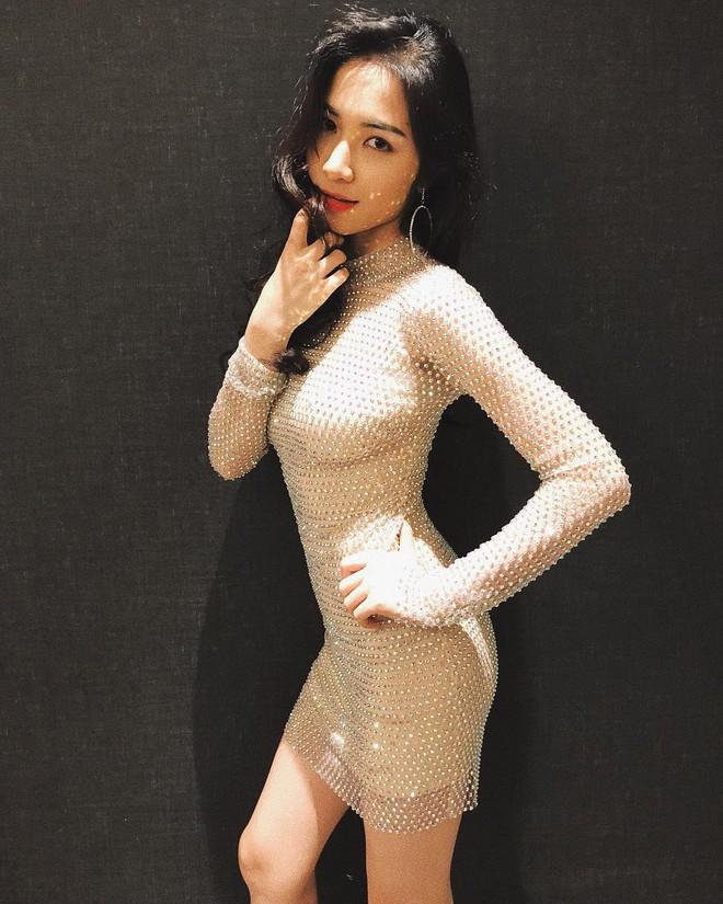 Hết sang Thái hò hét cổ vũ, Hòa Minzy mặc lại váy cũ của Hoa hậu Hương Giang - Ảnh 1.