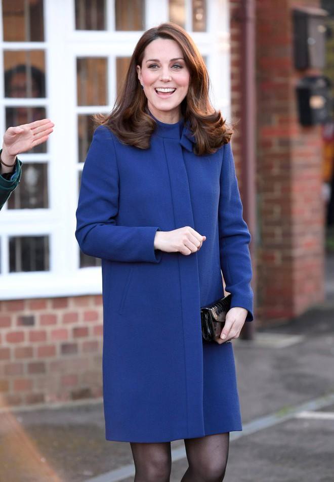 Để ý sẽ thấy, phong cách bầu bí lần 3 của Công nương Kate chỉ gói gọn bằng màu xanh cobalt - Ảnh 5.