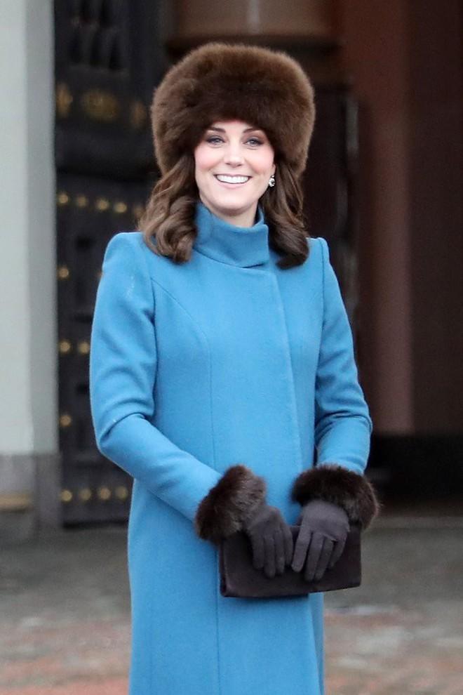 Để ý sẽ thấy, phong cách bầu bí lần 3 của Công nương Kate chỉ gói gọn bằng màu xanh cobalt - Ảnh 6.