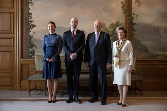 Để ý sẽ thấy, phong cách bầu bí lần 3 của Công nương Kate chỉ gói gọn bằng màu xanh cobalt - Ảnh 7.