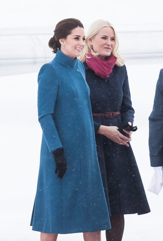 Để ý sẽ thấy, phong cách bầu bí lần 3 của Công nương Kate chỉ gói gọn bằng màu xanh cobalt - Ảnh 8.
