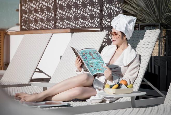 Sau kiểu tóc ướt như vừa gội đầu, sao Việt giờ còn chuộng cả phong cách quấn khăn và choàng áo tắm phô diễn vóc dáng - Ảnh 10.