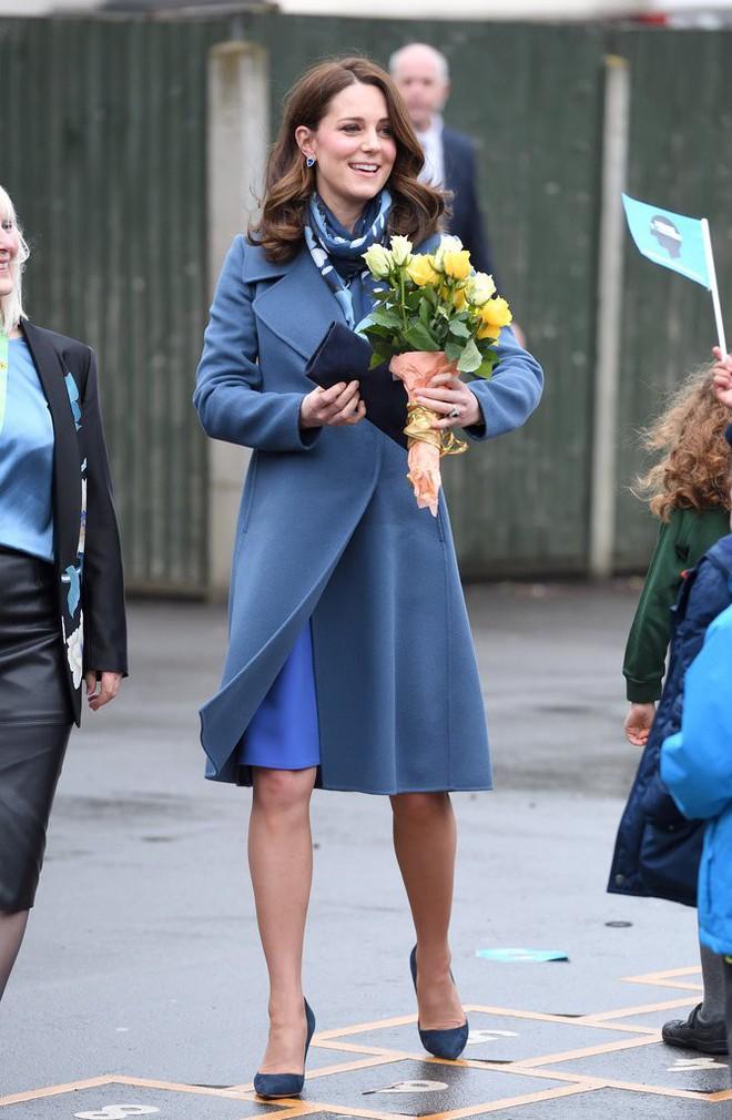 Để ý sẽ thấy, phong cách bầu bí lần 3 của Công nương Kate chỉ gói gọn bằng màu xanh cobalt - Ảnh 2.