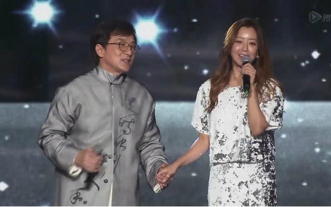 Bản live khiến fan mong chờ 13 năm: Thành Long - Kim Hee Sun lần đầu trình diễn ca khúc Endless Love - Ảnh 2.