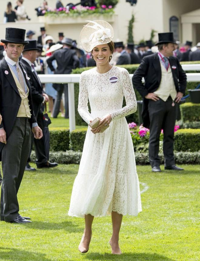 Ai là người chi trả cho trang phục tốn kém của các nhân vật hoàng gia Anh? Câu trả lời chắc chắn sẽ khiến bạn ngạc nhiên - Ảnh 3.
